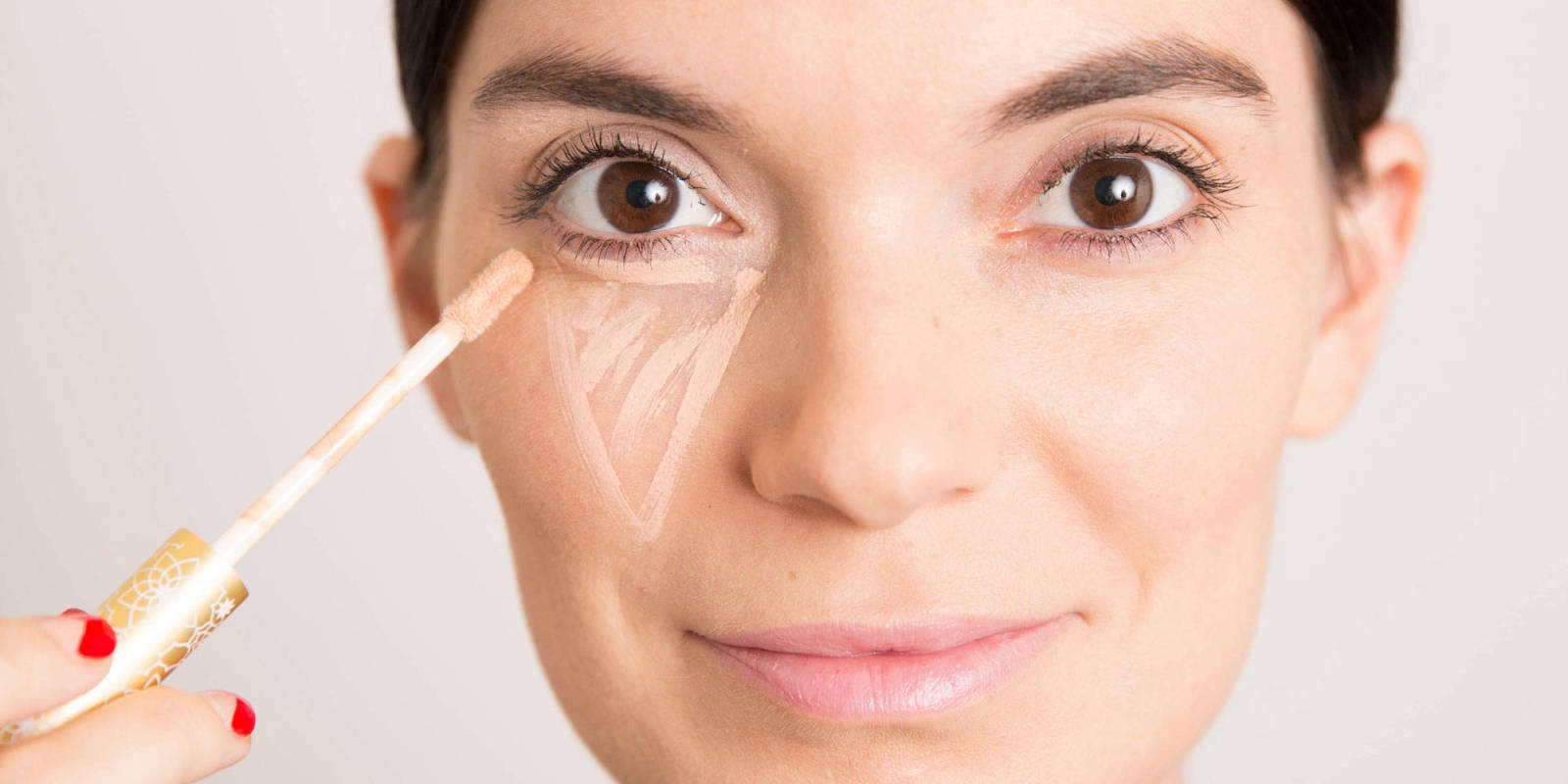 Using a top-notch concealer is key to achieving a flawless appearing makeup application. The best concealers cover discolorations, lighten dark areas, disguise blemishes, and work in tandem with your foundation to achieve the appearance of an even skin tone. On the other hand, a poorly formulated or.
