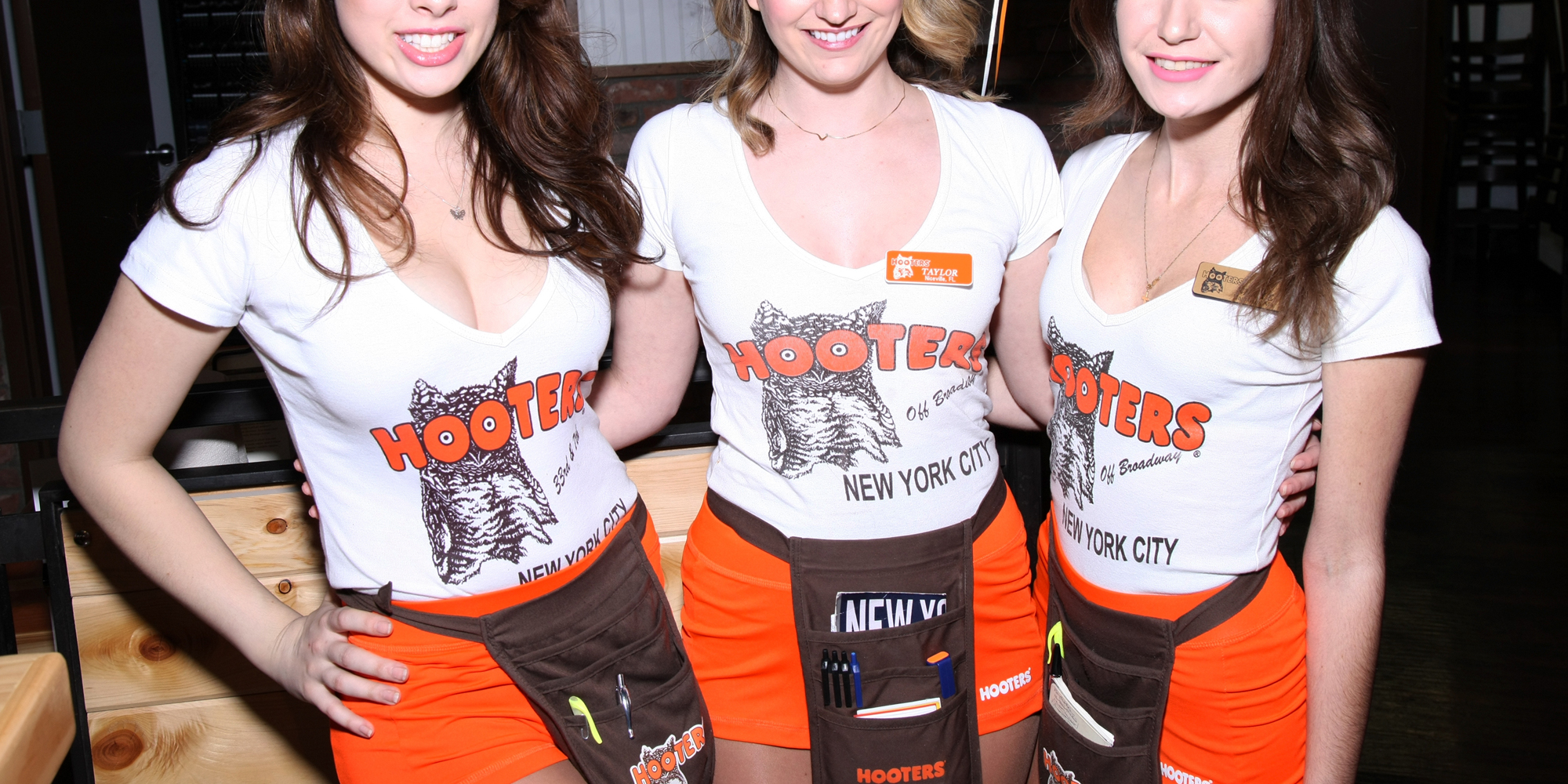 Hooters waitress 69039s like she ought to more at xxxslamcamscom 2
