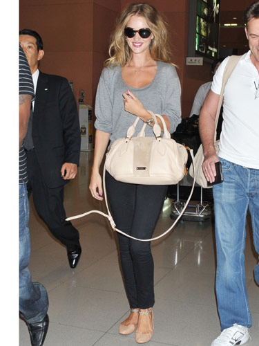 Tip: Don't retire your cream-hued bag just because the leaves are changing. Carry it with darker, solid separates for a fall-appropriate look. The casual combo of flats, skinnies and a sweatshirt—plus, a pale carryall—looked great on Rosie Huntington-Whitely.
