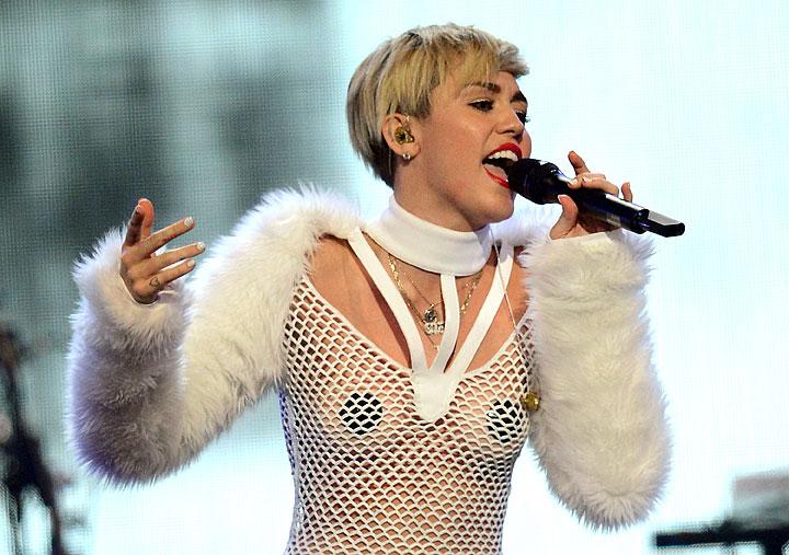 10 Miley Cyrus Lyrics About Liam Hemsworth - Bangerz Song ...